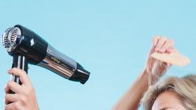 Καθιερώνον τη μόδα άτομο με το στεγνωτήρα τρίχας Στοκ εικόνα με δικαίωμα ελεύθερης χρήσης