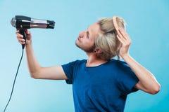 Καθιερώνον τη μόδα άτομο με το στεγνωτήρα τρίχας Στοκ Φωτογραφία