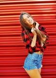 Καθιερώνον τη μόδα αισθησιακό κορίτσι hipster σχετικά με την τρίχα και το χαμόγελό της Στοκ εικόνα με δικαίωμα ελεύθερης χρήσης