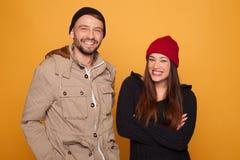Καθιερώνον τη μόδα νέο ζεύγος με το χειμερινό ιματισμό Στοκ Εικόνα