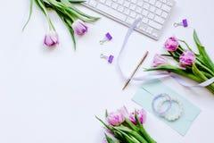 Καθιερώνον τη μόδα σχέδιο του workdesk με το άνθος στο άσπρο πρότυπο άποψης υποβάθρου τοπ Στοκ φωτογραφία με δικαίωμα ελεύθερης χρήσης