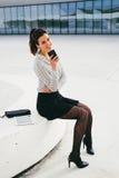 Καθιερώνον τη μόδα texting μήνυμα επιχειρησιακών επαγγελματικό γυναικών στο smartphone Στοκ Φωτογραφίες
