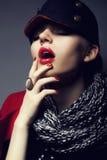 Καθιερώνουσα τη μόδα γυναίκα μόδας στη σύγχρονη ΚΑΠ - μοντέρνη κάνετε Στοκ Εικόνες