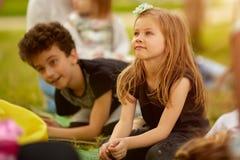 Καθιερώνουσα τη μόδα εύθυμη έννοια παιδιών παιδιών ελεύθερου χρόνου φιλίας στοκ εικόνα