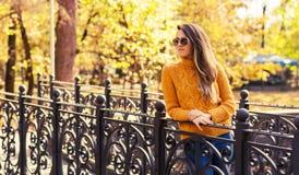 Καθιερώνουσα τη μόδα νέα γυναίκα στο πάρκο πτώσης Στοκ φωτογραφία με δικαίωμα ελεύθερης χρήσης