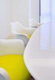 Καθιερώνουσα τη μόδα αίθουσα συνεδριάσεων με τις καρέκλες σχεδίου Στοκ Φωτογραφία