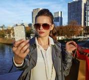 Καθιερώνουσα τη μόδα γυναίκα με τις τσάντες αγορών που παίρνουν selfie με το τηλέφωνο, Παρίσι Στοκ Εικόνες