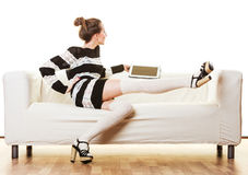 Καθιερώνουσα τη μόδα γυναίκα μόδας με την ταμπλέτα στο σπίτι Στοκ φωτογραφία με δικαίωμα ελεύθερης χρήσης
