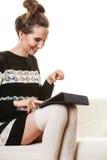 Καθιερώνουσα τη μόδα γυναίκα μόδας με την ταμπλέτα στο σπίτι Στοκ εικόνα με δικαίωμα ελεύθερης χρήσης