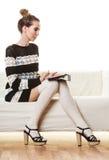 Καθιερώνουσα τη μόδα γυναίκα μόδας με την ταμπλέτα στο σπίτι στοκ φωτογραφία