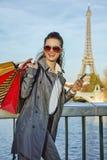 Καθιερώνουσα τη μόδα γυναίκα στο Παρίσι που εξετάζει την απόσταση και που γράφει sms Στοκ φωτογραφία με δικαίωμα ελεύθερης χρήσης
