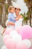 Καθιερώνουσα τη μόδα μητέρα με μια κόρη μωρών Στοκ Εικόνες