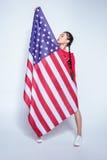 Καθιερώνουσα τη μόδα τοποθέτηση κοριτσιών hipster ασιατική τη μεγάλη αμερικανική σημαία που απομονώνεται με στο γκρι Στοκ εικόνα με δικαίωμα ελεύθερης χρήσης