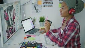 Καθιερώνων τη μόδα εργαζόμενος στην εργασία ακουστικών απόθεμα βίντεο