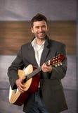 Καθιερώνων τη μόδα τύπος με την κιθάρα Στοκ εικόνες με δικαίωμα ελεύθερης χρήσης