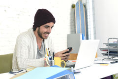 Καθιερώνων τη μόδα επιχειρηματίας που χρησιμοποιεί Διαδίκτυο στο κινητό τηλέφωνο στην ανεξάρτητη επιχειρησιακή έννοια Στοκ εικόνες με δικαίωμα ελεύθερης χρήσης