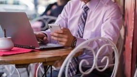 Καθιερώνων τη μόδα επιχειρηματίας σε ένα πορτρέτο πουκάμισων και δεσμών. Εργάζεται Στοκ φωτογραφίες με δικαίωμα ελεύθερης χρήσης