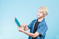 Καθιερώνων τη μόδα νέος τύπος που χρησιμοποιεί τον υπολογιστή ταμπλετών Στοκ Φωτογραφίες