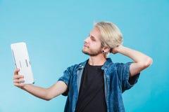 Καθιερώνων τη μόδα νέος τύπος που χρησιμοποιεί τον υπολογιστή ταμπλετών Στοκ Φωτογραφία
