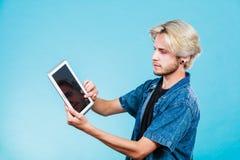Καθιερώνων τη μόδα νέος τύπος που χρησιμοποιεί τον υπολογιστή ταμπλετών Στοκ φωτογραφία με δικαίωμα ελεύθερης χρήσης