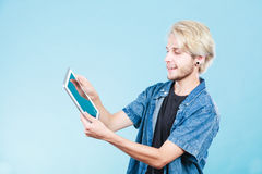 Καθιερώνων τη μόδα νέος τύπος που χρησιμοποιεί τον υπολογιστή ταμπλετών Στοκ Εικόνες