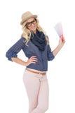 Καθιερώνων τη μόδα ξανθός χαμόγελου με τα αριστοκρατικά γυαλιά που κρατούν το διάγραμμα χρώματος Στοκ εικόνα με δικαίωμα ελεύθερης χρήσης