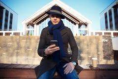 Καθιερώνων τη μόδα όμορφος νεαρός άνδρας στη μόδα φθινοπώρου που στέκεται στο αστικό περιβάλλον Στοκ Εικόνα