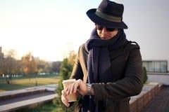 Καθιερώνων τη μόδα όμορφος νεαρός άνδρας στη μόδα φθινοπώρου που στέκεται στο αστικό περιβάλλον Στοκ φωτογραφίες με δικαίωμα ελεύθερης χρήσης