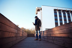 Καθιερώνων τη μόδα όμορφος νεαρός άνδρας στη μόδα φθινοπώρου που στέκεται στο αστικό περιβάλλον Στοκ εικόνες με δικαίωμα ελεύθερης χρήσης