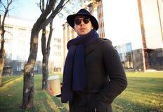 Καθιερώνων τη μόδα όμορφος νεαρός άνδρας στη μόδα φθινοπώρου που στέκεται στο αστικό περιβάλλον Στοκ φωτογραφία με δικαίωμα ελεύθερης χρήσης
