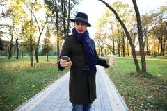 Καθιερώνων τη μόδα όμορφος νεαρός άνδρας στη μόδα φθινοπώρου που στέκεται στο αστικό περιβάλλον Στοκ εικόνα με δικαίωμα ελεύθερης χρήσης