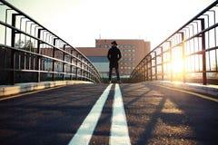 Καθιερώνων τη μόδα όμορφος νεαρός άνδρας στη μόδα φθινοπώρου που στέκεται στο αστικό περιβάλλον Στοκ Εικόνες