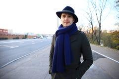 Καθιερώνων τη μόδα όμορφος νεαρός άνδρας στη μόδα φθινοπώρου που στέκεται στο αστικό περιβάλλον Στοκ Φωτογραφία