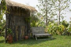 Καθισμάτων ευπρόσδεκτη ξύλινη έννοια χλόης διακοσμήσεων υπαίθρια Στοκ Φωτογραφίες