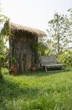 Καθισμάτων ευπρόσδεκτη ξύλινη έννοια χλόης διακοσμήσεων υπαίθρια Στοκ εικόνα με δικαίωμα ελεύθερης χρήσης