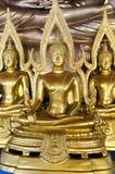 Καθισμένες εικόνες του Βούδα στην τοποθέτηση της κατάκτησης της Mara με την αψίδα fram Στοκ Εικόνα