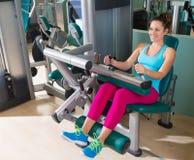 Καθισμένη γυμναστική γυναίκα άσκησης μηχανών μπουκλών ποδιών Στοκ Φωτογραφίες