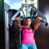 Καθισμένη γυμναστική μηχανών θωρακικού Τύπου Brunette γυναίκα Στοκ εικόνες με δικαίωμα ελεύθερης χρήσης