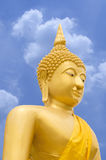 Καθισμένη εικόνα του Βούδα με το μπλε ουρανό Στοκ εικόνα με δικαίωμα ελεύθερης χρήσης
