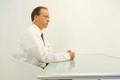καθισμένος επιχειρηματίας πίνακας στοκ εικόνα