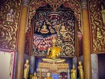 Καθισμένο άγαλμα που επιχρυσώνεται με τα δάχτυλα μαζί στην Ταϊλάνδη Τουρισμός στοκ φωτογραφία