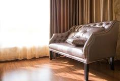 Καθιστικό διακοσμήσεων καναπέδων κοντά στο παράθυρο στο φως ημέρας Στοκ εικόνες με δικαίωμα ελεύθερης χρήσης
