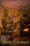 Καθιστικό διακοπών με το χριστουγεννιάτικο δέντρο, τα δώρα και μια εστία ουρανός santa του Klaus παγετού Χριστουγέννων καρτών τσα στοκ εικόνες