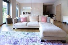 Καθιστικό με έναν τριθέσιο καναπέ με το αυλάκωμα και τέσσερα λίγα Στοκ φωτογραφία με δικαίωμα ελεύθερης χρήσης