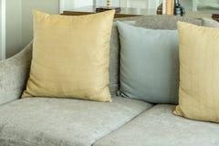 Καθιστικό με τα κίτρινα και γκρίζα μαξιλάρια στον γκρίζο καναπέ Στοκ Φωτογραφία