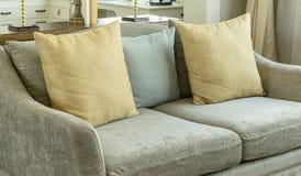 Καθιστικό με τα κίτρινα και γκρίζα μαξιλάρια στον καναπέ Στοκ Φωτογραφία
