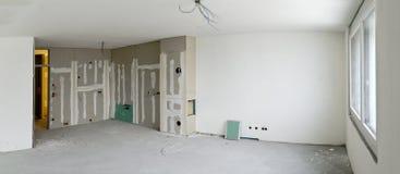 Καθιστικό με τη γωνία κουζινών κάτω από την κατασκευή Στοκ φωτογραφία με δικαίωμα ελεύθερης χρήσης