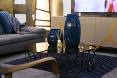 Καθιστικό με τον καναπέ, η TV και το τραπεζάκι σαλονιού στην οποία είναι larg δύο Στοκ φωτογραφία με δικαίωμα ελεύθερης χρήσης