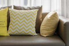 Καθιστικό με τον καναπέ και τα κίτρινα μαξιλάρια Στοκ Εικόνα