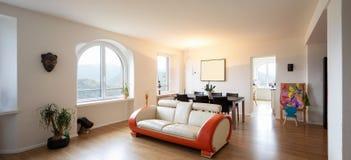 Καθιστικό με τον καναπέ σχεδίου δέρματος και παρκέ στοκ φωτογραφία με δικαίωμα ελεύθερης χρήσης